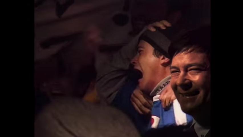 ワールドカップ初出場を決め、サポーターと喜ぶ川平慈英(当時)を見る川平慈英(現在)