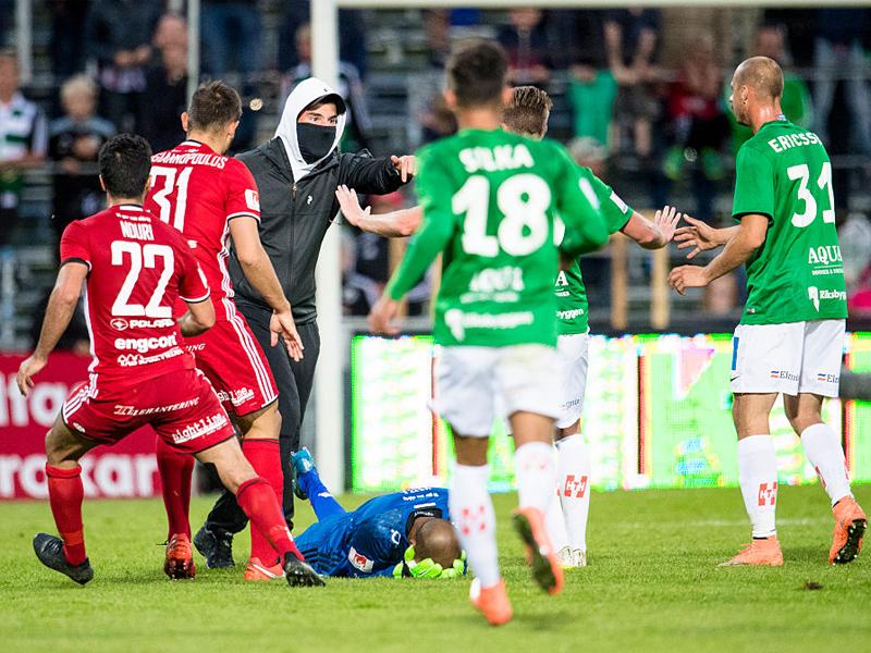 犯人のもとへ両チームの選手が駆け寄り、スタジアムは騒然 [写真]=Ombrello via Getty Images