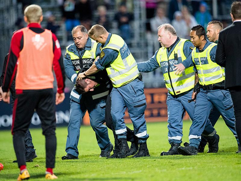 犯人の男はすぐに警備員によって取り押さえられた [写真]=Ombrello via Getty Images