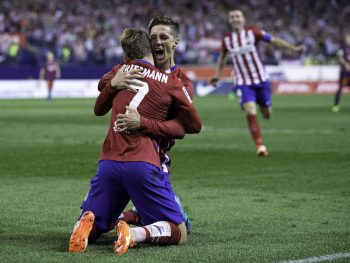 MADRID, SPAIN - SEPTEMBER 12:  Fernando Torres (R) celebrates scoring their opening goal with teammate Antoine Griezmann (L) during the La Liga match between Club Atletico de Madrid and FC Barcelona at Vicente Calderon Stadium on September 12, 2015 in Madrid, Spain.  (Photo by Gonzalo Arroyo Moreno/Getty Images)