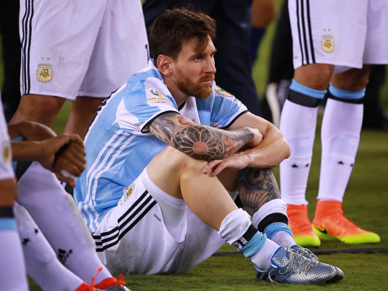 チリ代表に敗れた後、座り込んだメッシ [写真]=LatinContent/Getty Images