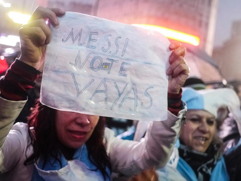 「メッシ、出ていかないで」と、代表引退撤回を望んでいたファン [写真]=LatinContent/Getty Images