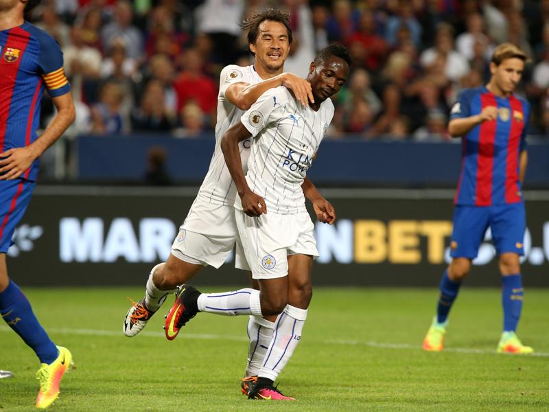 ムサ(右)のゴールを祝福する岡崎(左) [写真]=Leicester City FC via Getty Images