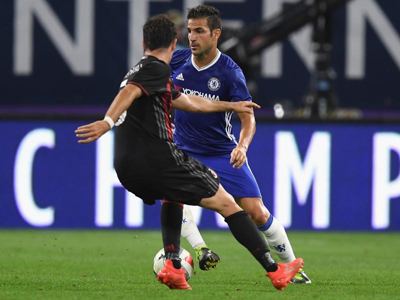 先発出場のセスク(中央右)がドリブルを仕掛ける [写真]=Chelsea FC via Getty Images