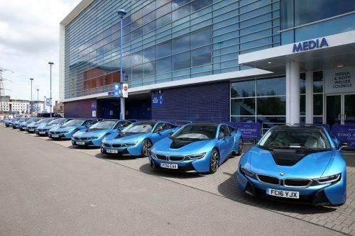 レスター・オーナー、選手に高級車を贈呈…本拠地の駐車場にBMWが19台並ぶ