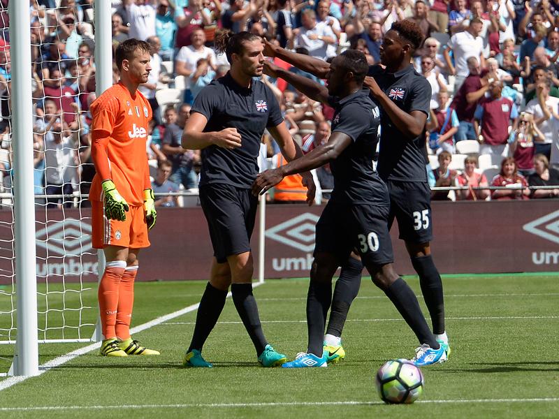 キャロル(中央)が2ゴールを挙げた [写真]=West Ham United via Getty Images
