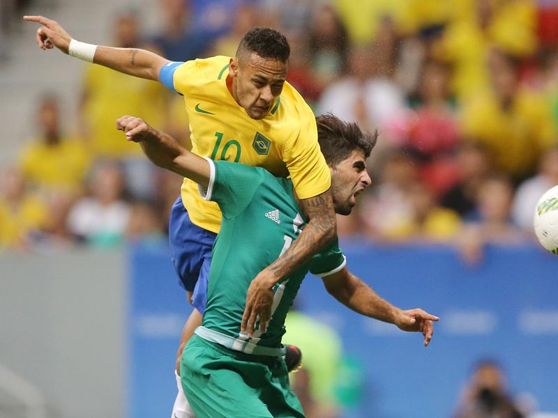 相手選手と激しく競り合うネイマール [写真]=Getty Images