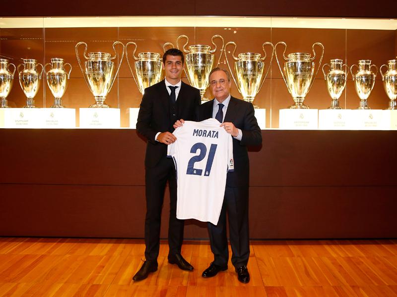 ペレス会長(右)と記念撮影をするモラタ(左) [写真]=Real Madrid via Getty Images