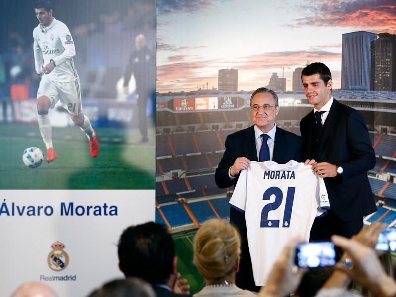 背番号「21」のユニフォームを披露した [写真]=Real Madrid via Getty Images