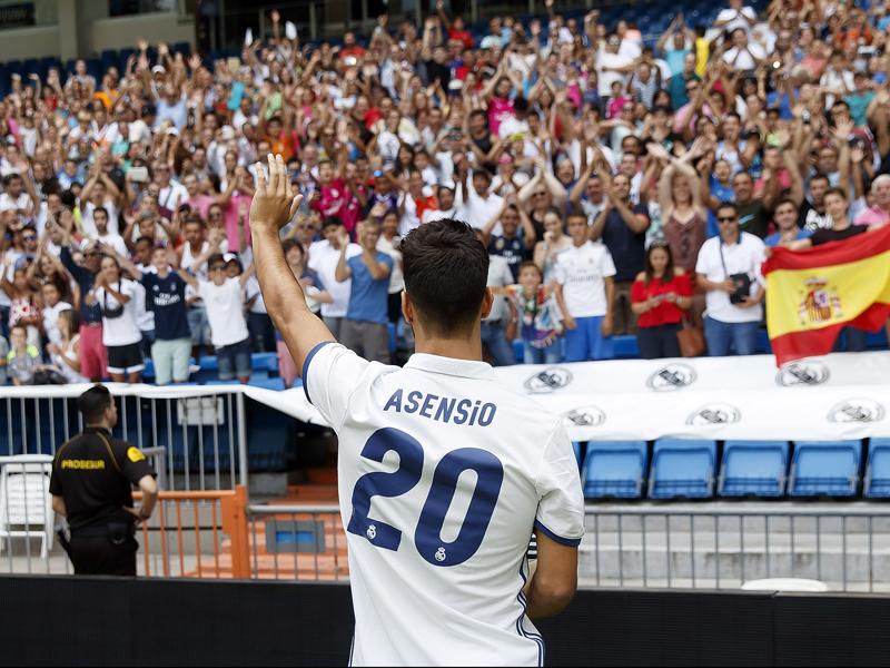 サンティアゴ・ベルナベウでファンの前に登場したアセンシオ [写真]=Real Madrid via Getty Images