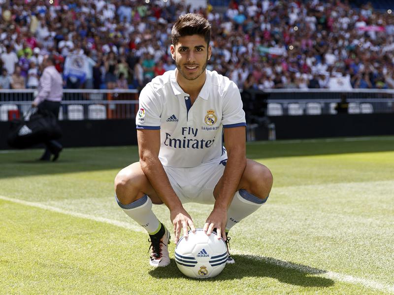 ピッチで記念撮影を行った [写真]=Real Madrid via Getty Images