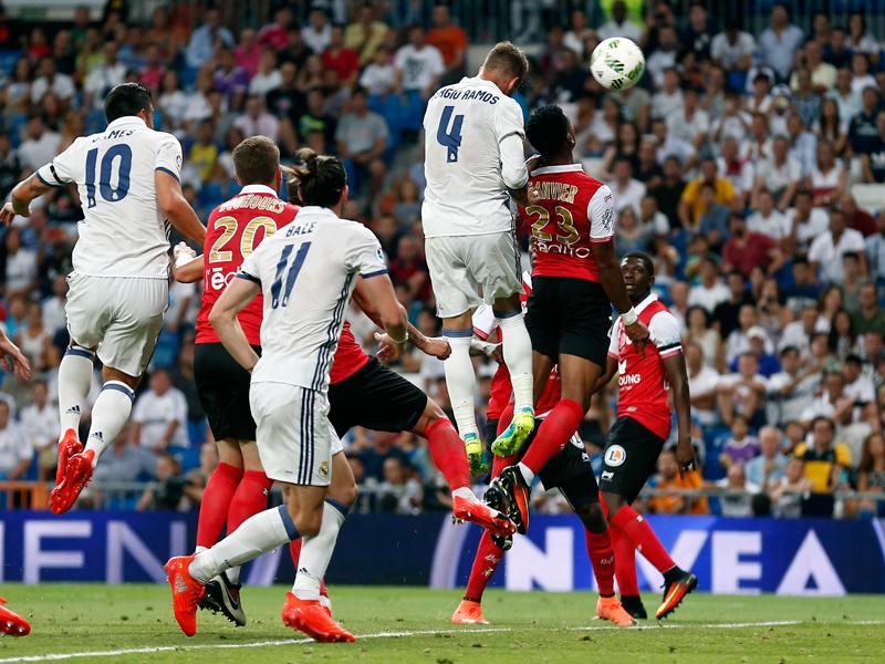 打点の高いヘディングシュートを決めたセルヒオ・ラモス(4番) [写真]=Real Madrid via Getty Images