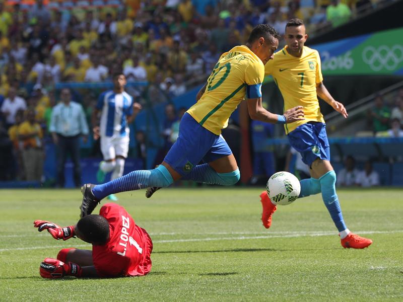 ネイマールの先制ゴール。相手GKより先にボールに触れた [写真]=Getty Images