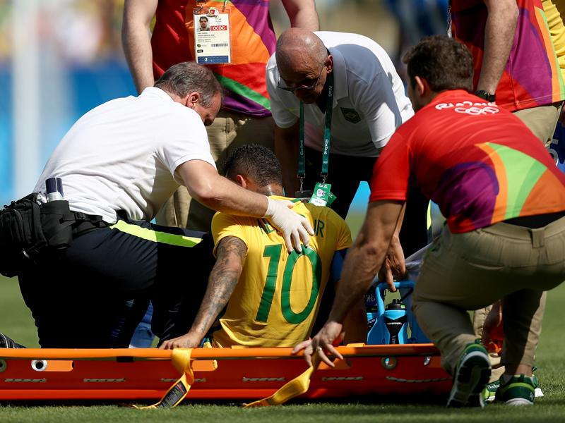 先制ゴールを決めた際に胸部を痛めたネイマール(中央) [写真]=Getty Images
