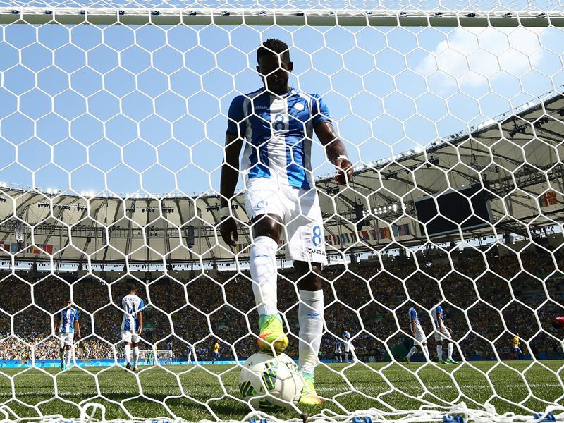 失点後、ゴールに入ったボールを拾うパラシオス [写真]=Getty Images