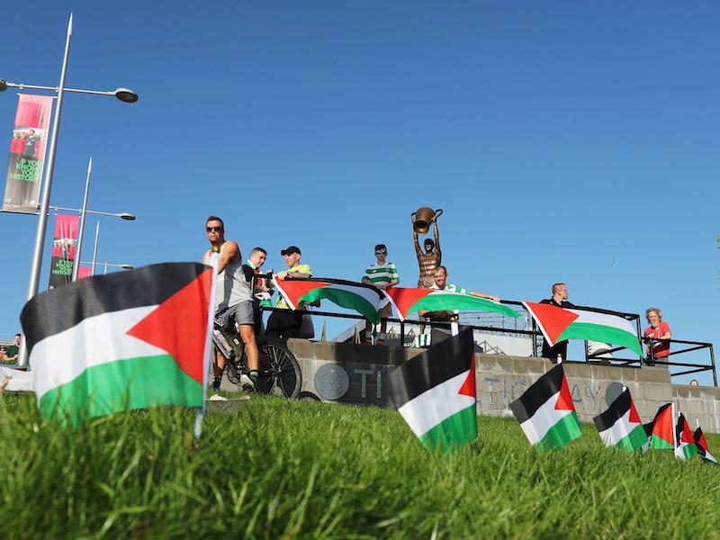 スタジアムの外で抗議活動をするサポーター [写真]=Getty Images