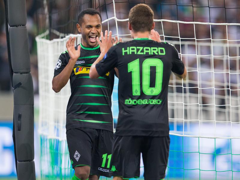 ハットトリックを達成したラファエウ(左)がアザールと喜ぶ [写真]=Borussia Moenchengladbach via Getty Images