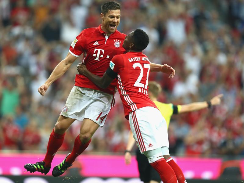強烈ボレーで先制ゴールを挙げたX・アロンソ(左)をアラバ(右)が祝福 [写真]=Getty Images for FC Bayern