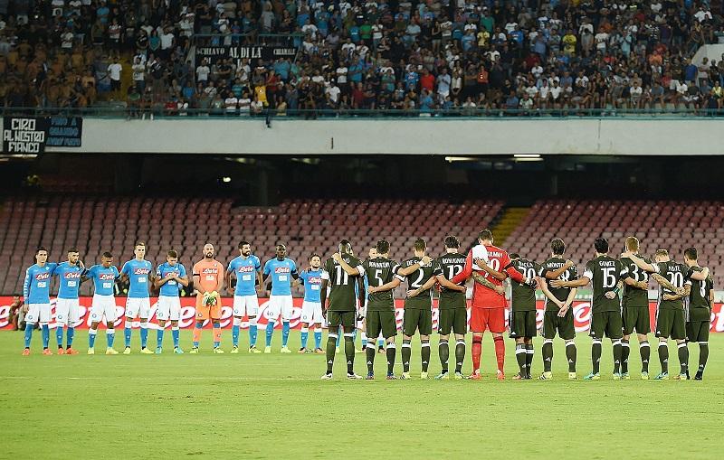 試合前に黙祷を捧げるナポリ(奥)とミラン(手前)の選手 [写真]=Getty Images
