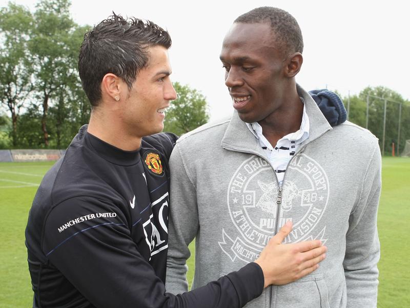 ボルト(右)は2009年にマンUの練習場を訪問。C・ロナウドとも対面している [写真]=Manchester United via Getty Images