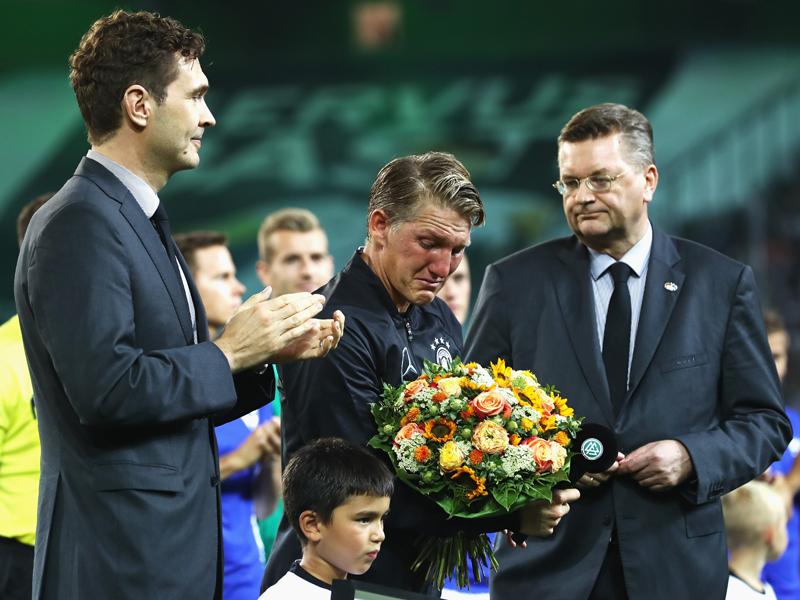 試合前のセレモニーで涙を見せたシュヴァインシュタイガー(中央) [写真]=Bongarts/Getty Images