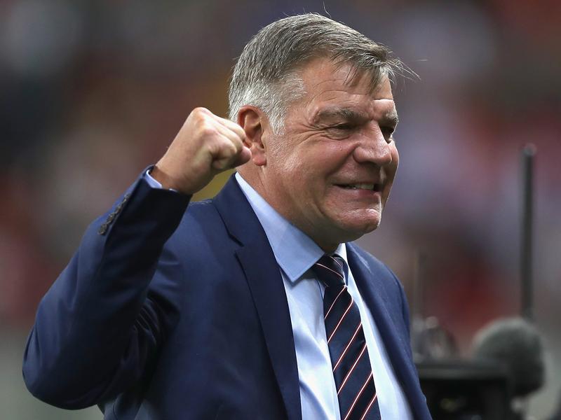 笑顔でガッツポーズのアラダイス監督 [写真]=UEFA via Getty Images