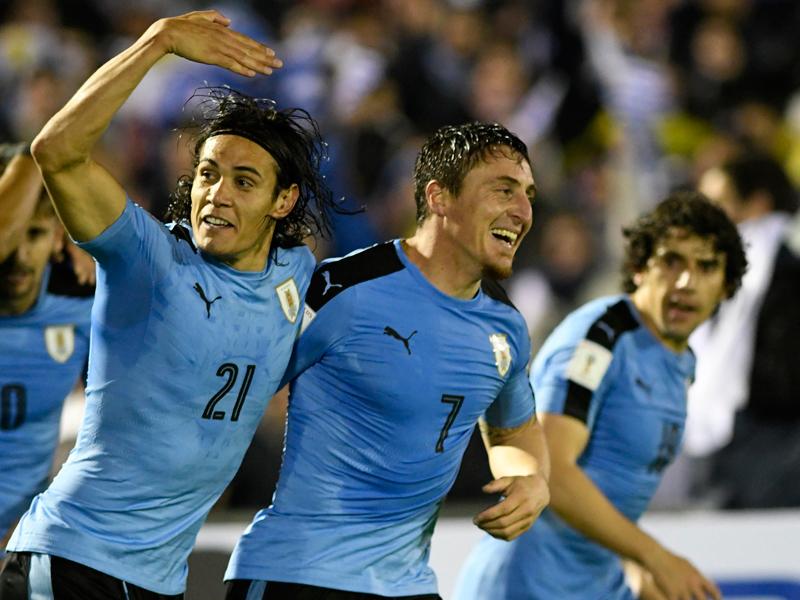 2点目を決めたC・ロドリゲスと2ゴールのカバーニ(左) [写真]=LatinContent/Getty Images