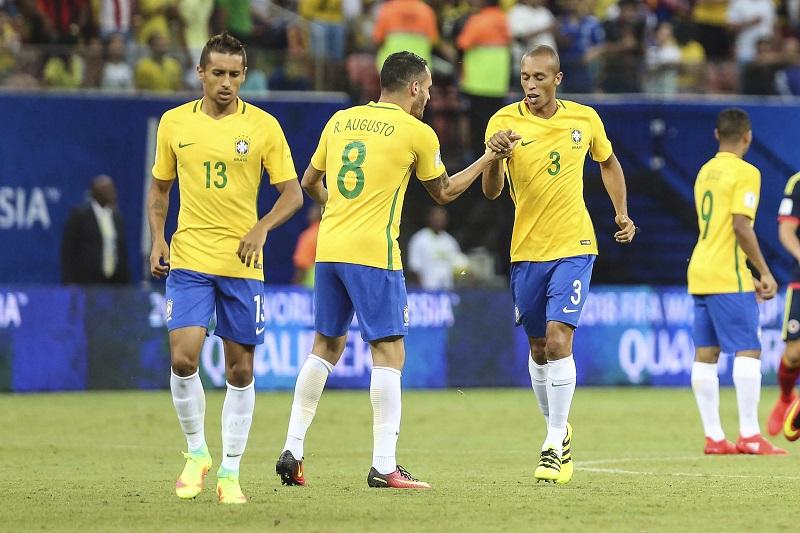 先制ゴールを挙げたミランダ(右)を祝福するブラジル代表 [写真]=LatinContent/Getty Images