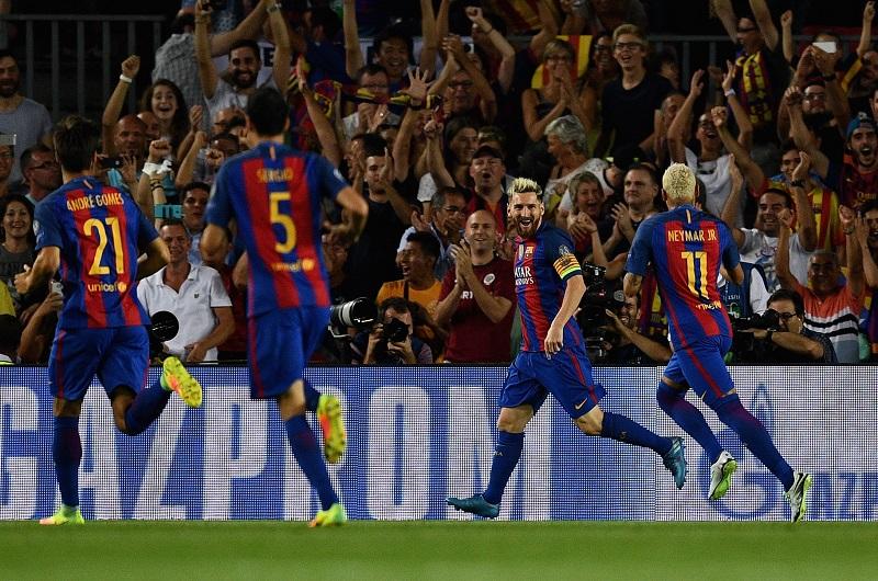 メッシ(右から2番目)の得点でスタジアムが沸いた [写真]=Getty Images