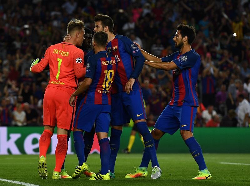 シュテーゲン(左)のシュートストップを称えるバルセロナの選手ら [写真]=Getty Images