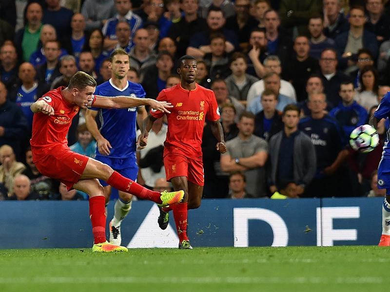 ヘンダーソン(左)が強烈なミドルシュートを決めた [写真]=Liverpool FC via Getty Images
