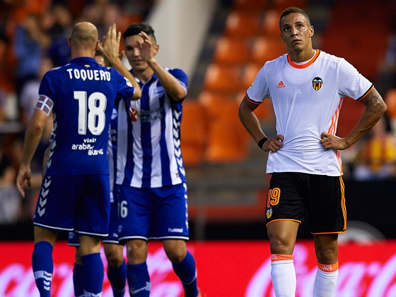 バレンシアは前半終了間際、アラベスFWトケーロ(18番)のゴールで同点とされた [写真]=Getty Images