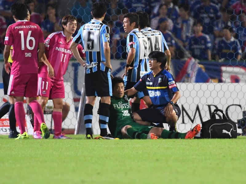 横浜FM戦、競り合いの中での交錯で負傷したGK新井章太(中央) [写真]=Getty Images