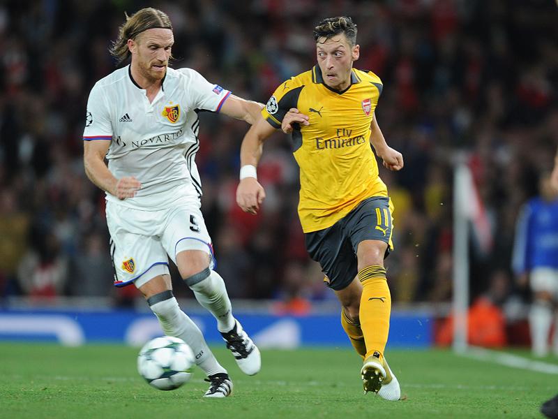 ドリブル突破を図るエジル(右)。フル出場で勝利に貢献した [写真]=Arsenal FC via Getty Images