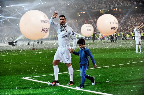 ●サッカー界屈指のスターのC・ロナウド、息子のデビュー戦ではボールボーイに変身