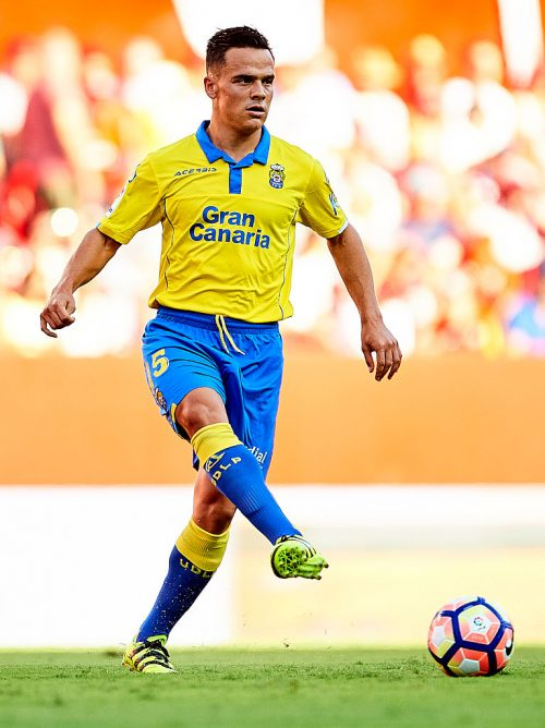 SEVILLE, SPAIN - SEPTEMBER 10:  Roque Mesa of Union Deportiva Las Palmas in action during the match between Sevilla FC vs UD Las Palmas as part of La Liga at Estadio Ramon Sanchez Pizjuan on September 10, 2016 in Seville, Spain.  (Photo by Aitor Alcalde Colomer/Getty Images)