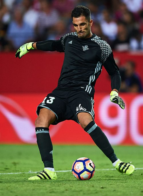 SEVILLE, SPAIN - SEPTEMBER 20:  Antonio Adan of Real Betis Balompie in action during the match between Sevilla FC vs Real Betis Balompie as part of La Liga at Estadio Ramon Sanchez Pizjuan on September 20, 2016 in Seville, Spain.  (Photo by Aitor Alcalde Colomer/Getty Images)