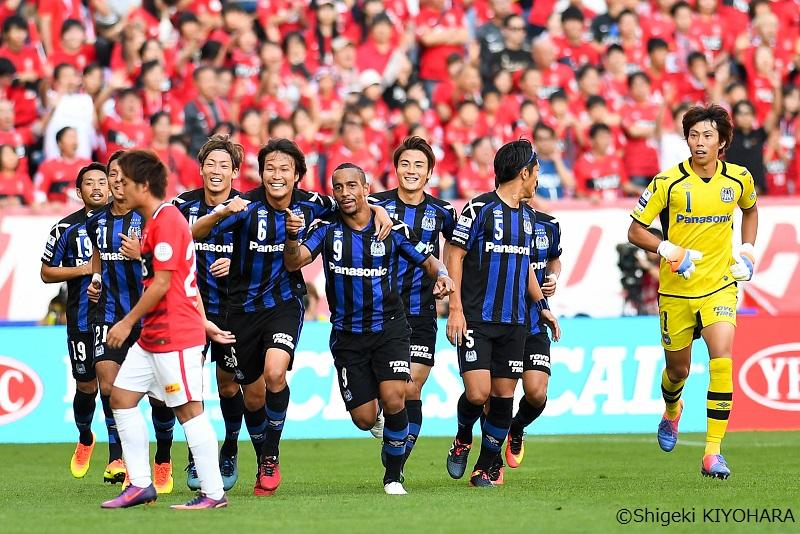 アデミウソン(中央)の得点を喜ぶG大阪の選手ら [写真]=清原茂樹
