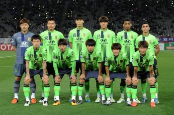 CHOFU, JAPAN - APRIL 20:  Players of Jeonbuk Hyundai Motors line up for team photos prior to the AFC Champions League Group E match between FC Tokyo and Jeonbuk Hyundai Motors at the Ajinomoto Stadium on April 20, 2016 in Chofu, Tokyo, Japan.  (Photo by Etsuo Hara/Getty Images)