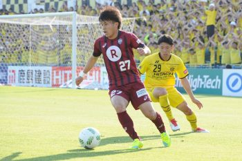 KASHIWA, JAPAN - APRIL 30:  (EDITORIAL USE ONLY) Ryo Matsumura #27 of Vissel Kobe in action during the J.League match between Kashiwa Reysol and Vissel Kobe at the Hitachi Kashiwa soccer stadium on April 30, 2016 in Kashiwa, Chiba, Japan.  (Photo by Masashi Hara/Getty Images)
