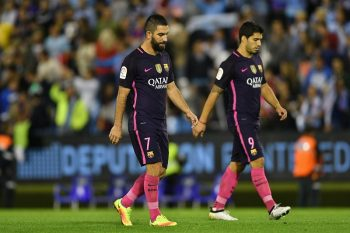 VIGO, SPAIN - OCTOBER 02:  Arda Turan (L) and Luis Suárez (R) of FC Barcelona reacts at the end of the La Liga match between Real Club Celta de Vigo and Futbol Club Barcelona at the Balaidos stadium on October 02, 2016 in Vigo, Spain. (Photo by Octavio Passos/Getty Images)