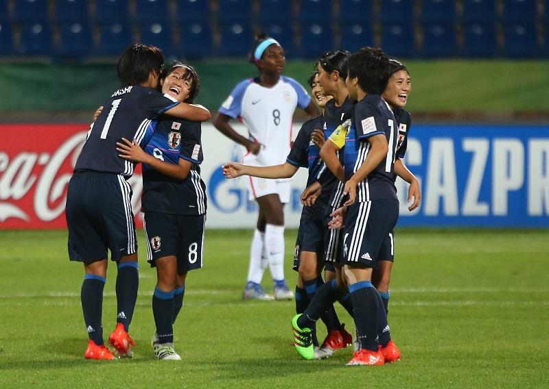 宮澤(左から2番目)が勝利を近づけるチーム3点目を決めた [写真]=Getty Images