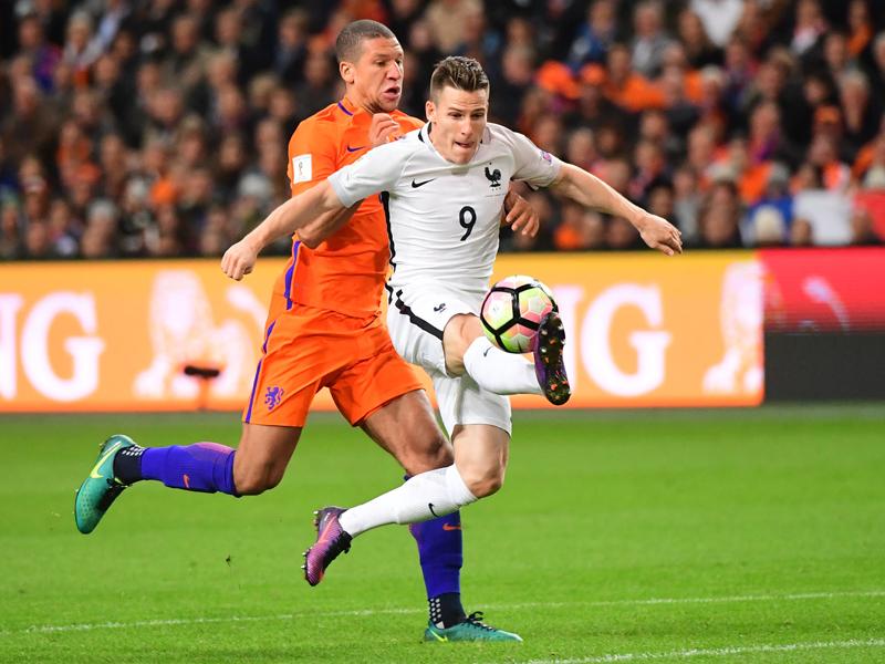 浮き球のパスに反応してチャンスを迎えたガメイロ(右) [写真]=Icon Sport via Getty Images