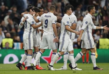 MADRID, SPAIN - OCTOBER 18: The players of Real Madrid celebrate after scoring during the UEFA Champions League Group F match between Real Madrid CF and Legia Warszawa on October 18, 2016 in Madrid, Spain. (Photo by Helios de la Rubia/Real Madrid via Getty Images)
