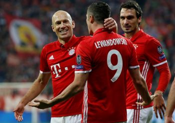 MUNICH, GERMANY - OCTOBER 19: Arjen Robben (L), Robert Lewandowski (C) and Mats Hummels of Munich (R) celebrate a goal during the Champions League soccer match between Bayern Munich and PSV Eindhoven at the Allianz Arena in Munich, Germany on October 19, 2016. (Photo by Michaela Rehle/Anadolu Agency/Getty Images)