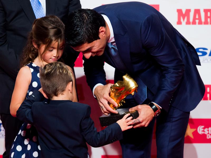 子どもたちにゴールデンシューを見せて笑顔のスアレス [写真]=Getty Images