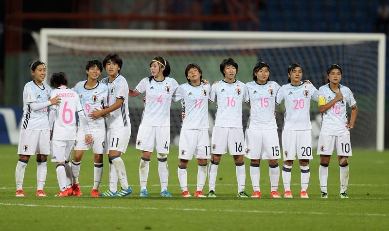 PKを外した金勝をなぐさめる選手たち [写真]=FIFA via Getty Images