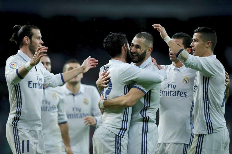 ベンゼマ(中央)の先制点を喜ぶレアル・マドリードの選手たち [写真]=Getty Images