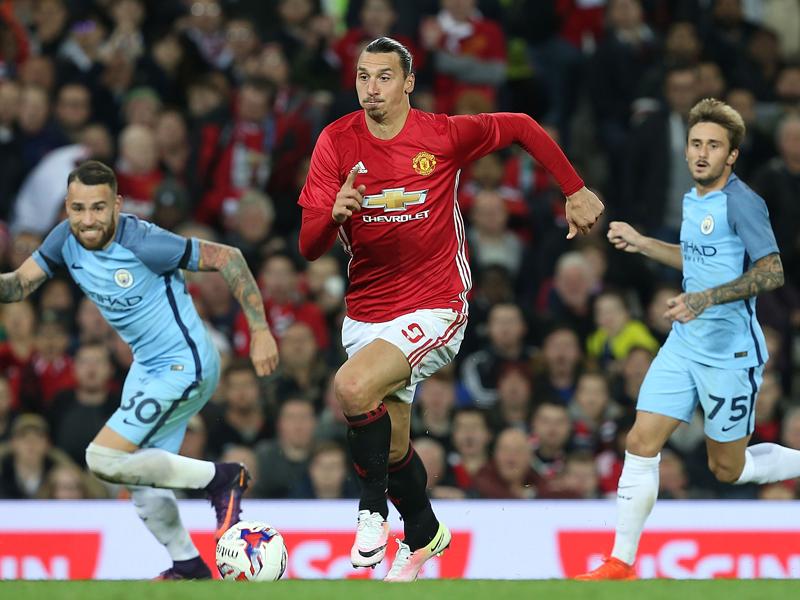 突破を図るイブラヒモヴィッチ [写真]=Man Utd via Getty Images