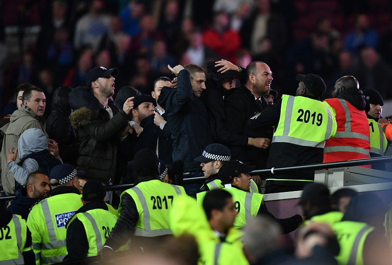警察や警備員が止めに入る事態となった [写真]=Getty Images
